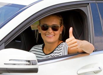 Occhiali o lenti a contatto: qual è la migliore scelta per una guida sicura?