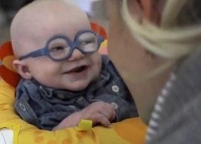 Ce nourrisson qui découvre le visage de sa mère pour la première fois, sortez les mouchoirs !