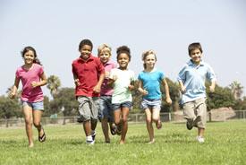 Pasar tiempo al aire libre mejora la vista de los niños