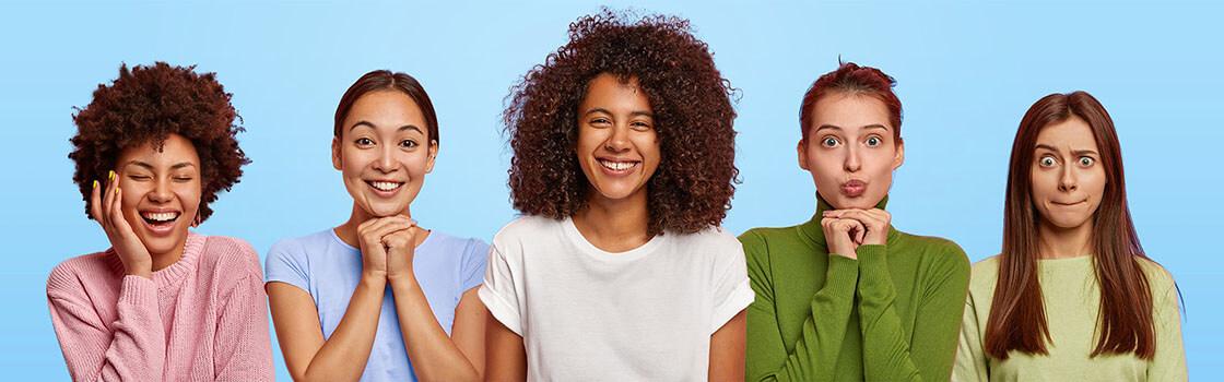 Vijf vrouwen met een blauwe achtergrond