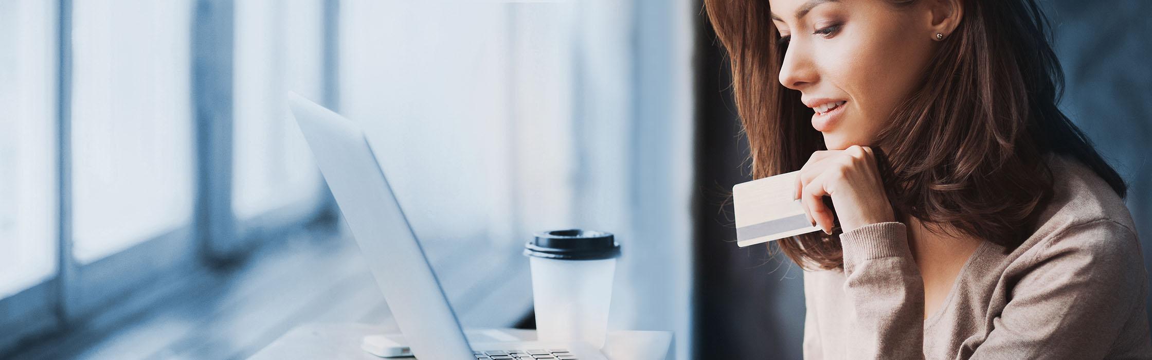 Jeune femme commandant des lentilles de contact en ligne