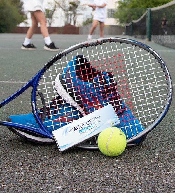 Boîte de lentilles de contact Acuvue Moist, baskets, raquette et balle de tennis