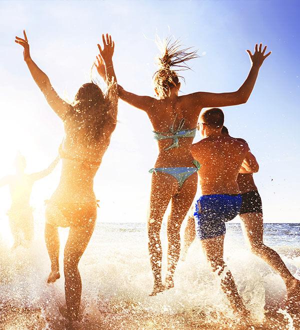 Een groep vrienden springt in de zee