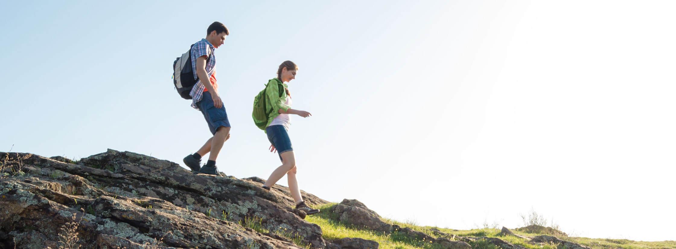 Couple en randonnée à la montagne