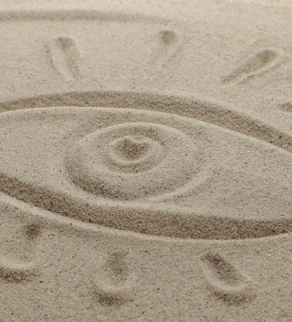 Œil tracé dans le sable