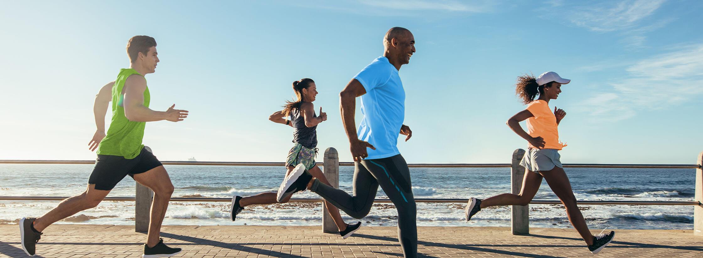 4 personnes faisant un jogging au bord de la mer