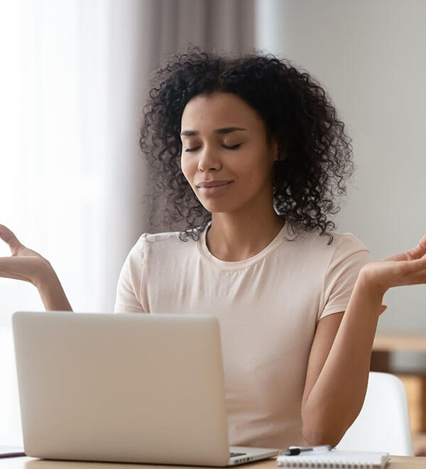 Donna davanti a computer su scrivania