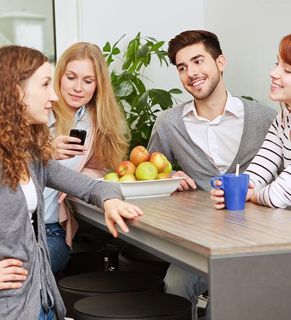 Gruppo di colleghi in pausa pranzo
