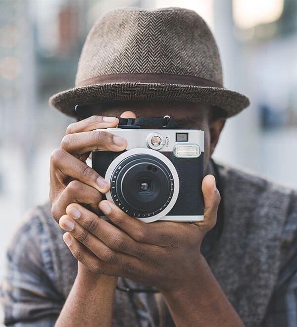 Een vrouw houdt een camera voor haar gezicht