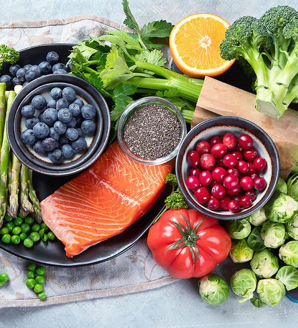 Een tafel vol met groente en fruit en ander gezond eten