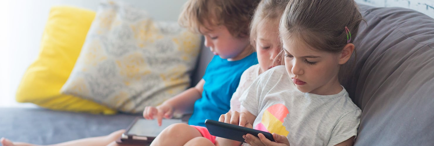 Kinderen met tablet en telefoon