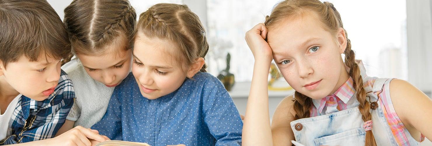 Bambini che studiano a scuola