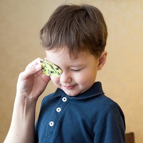 Bambino riceve cerotto per occhio pigro
