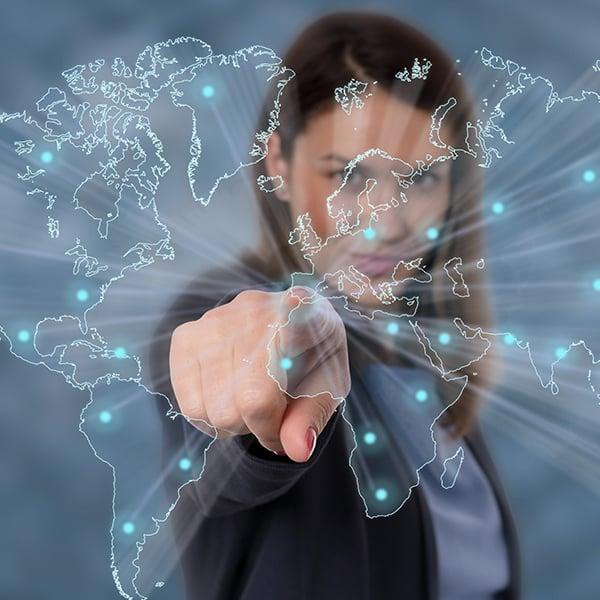 Donna digita su un ologramma interattivo