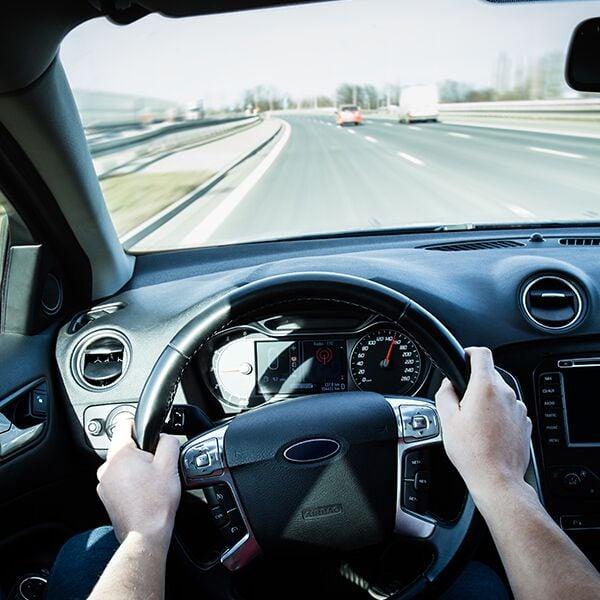 Uomo alla guida con visuale in soggettiva