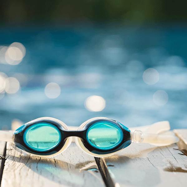 Occhialini da nuoto a bordo piscina