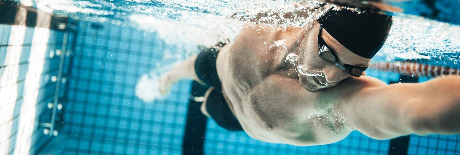 Nuotatore con occhialini da nuoto