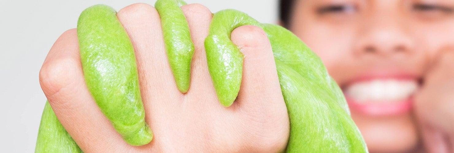 Een hand met groen slijm