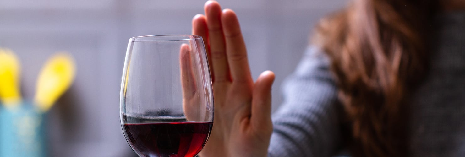Dry January: Mujer rechazando una copa de alcohol