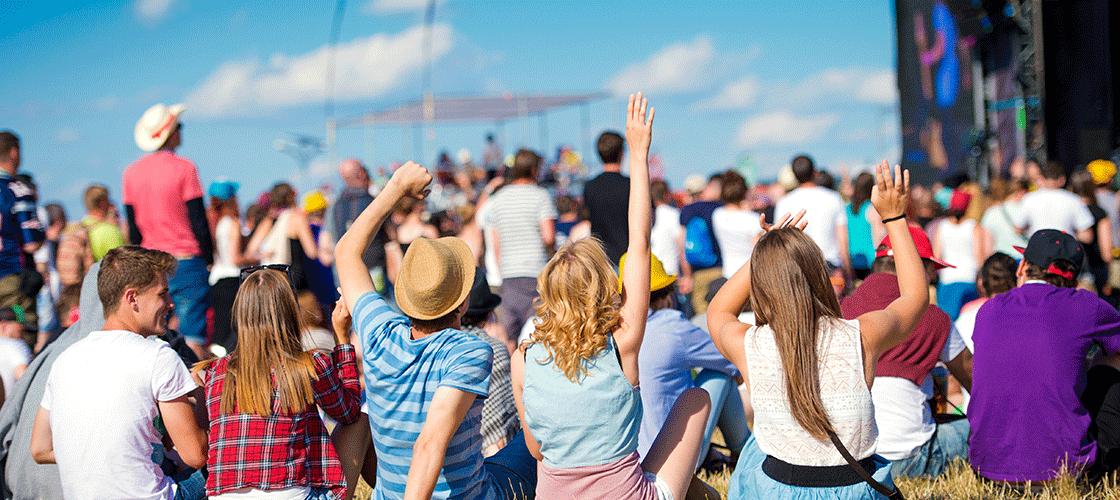 Jongeren op een muziekfestival