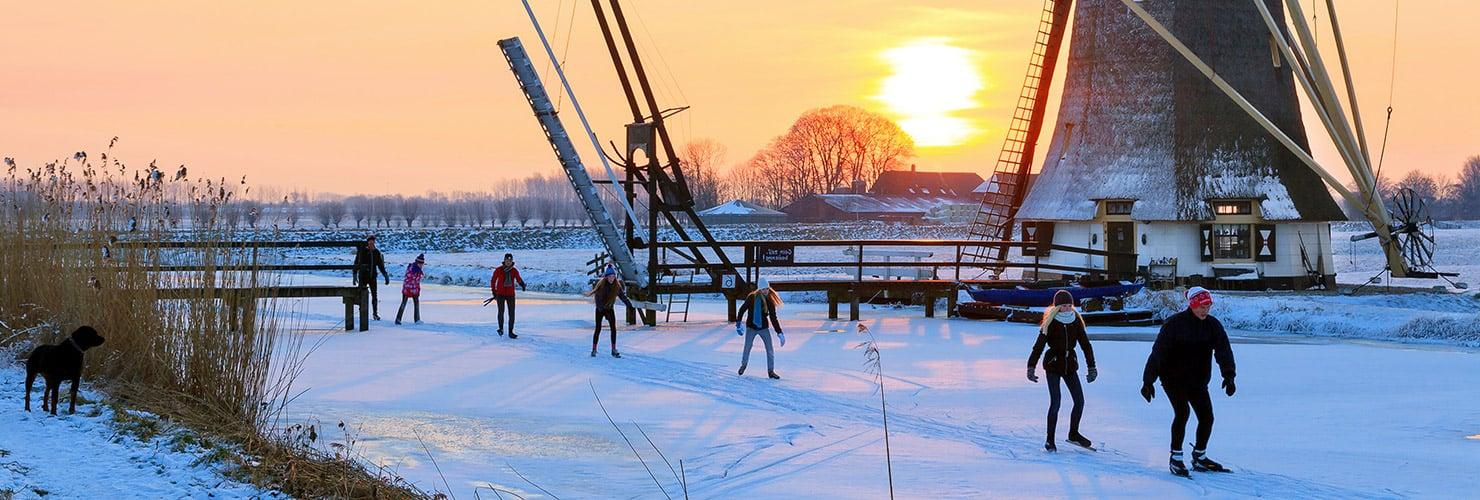 Schaatsers in een winters landschap