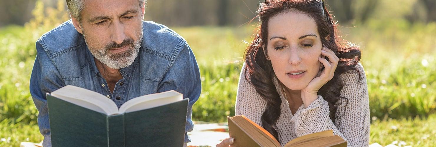 Stel leest boek op de bank