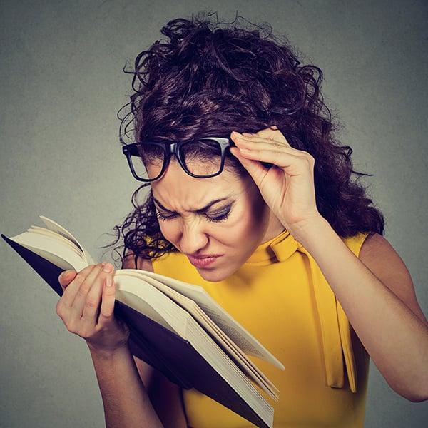 Vrouw heeft problemen met lezen boek