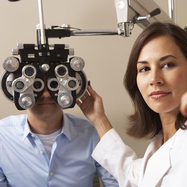 Vrouwelijke dokter doet een oogtest