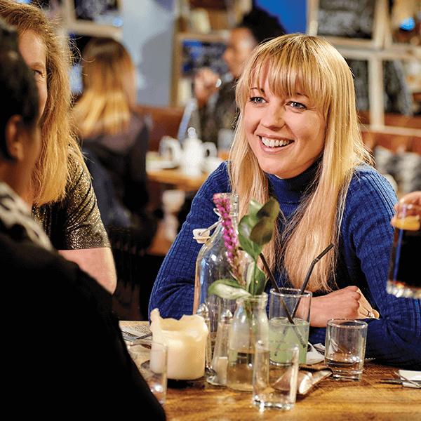 El síndrome del brazo largo: Sara Cox en una cafetería