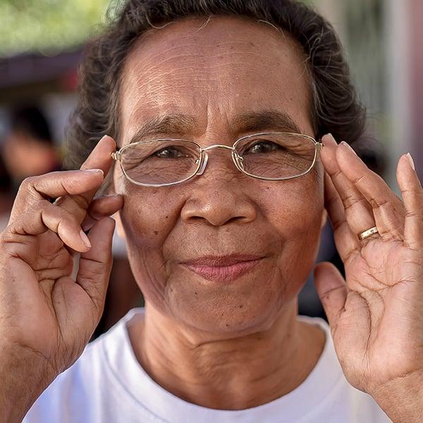 femme essilor obtient des lunettes gratuites