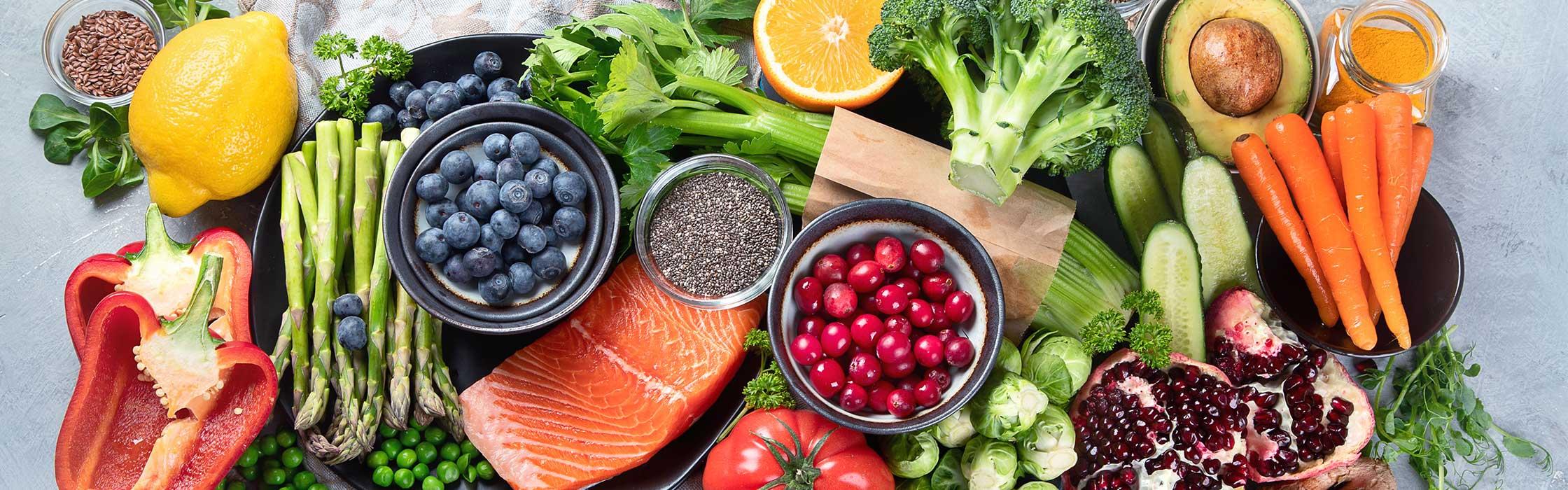 Veer verschillende soorten kleurrijke groente, fruit, kruiden en vis