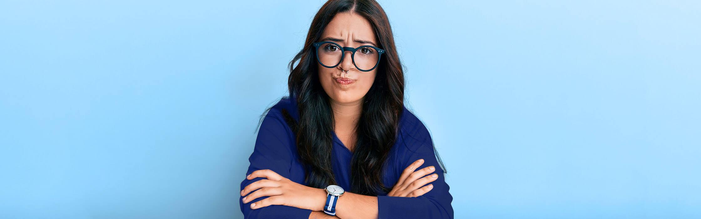 Ragazza con occhiali preoccupata di inserire le lenti a contatto