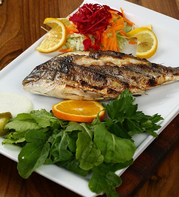 Plato de pescado a la parrila, rico en Omega-3