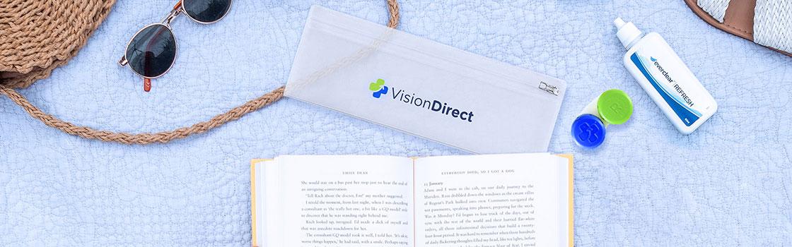 Een Vision Direct reistasje met een fles lenzenvloeistof en een lenzendoosje