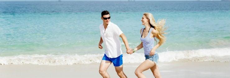 Een man en vrouw op het strand