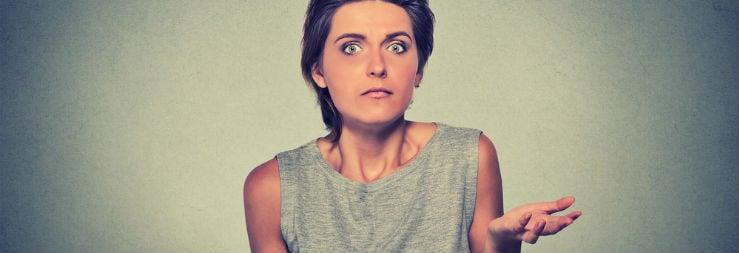 Een vrouw met een verbaasd gezicht