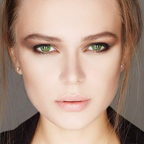 volto di ragazza bruna con occhi verde chiaro