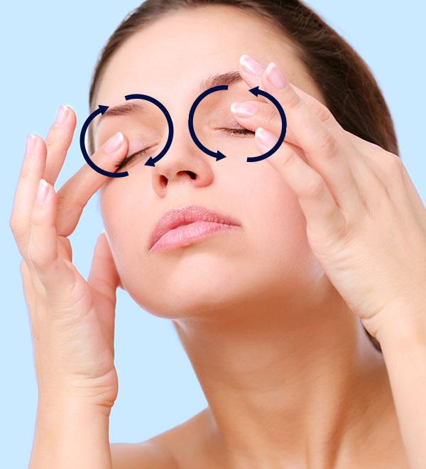 Een vrouw geeft zichzelf een oogmassage