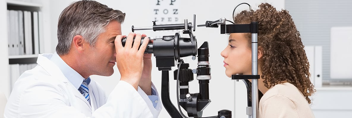 Ottico esegue test della vista a giovane donna