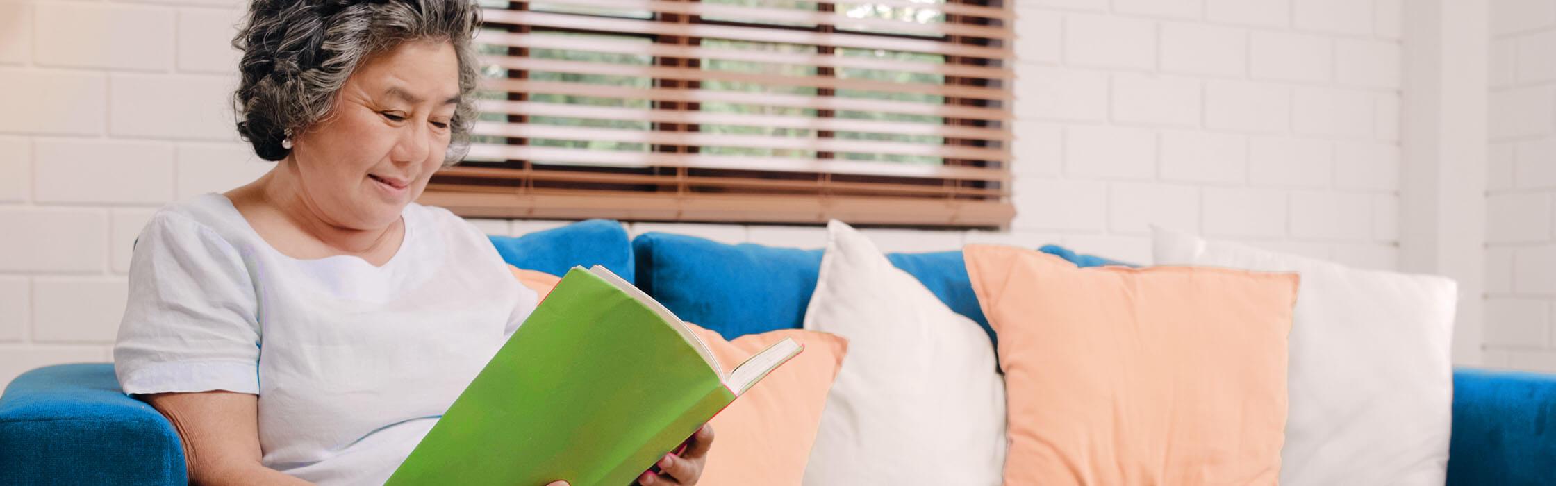 Mujer leyendo un libro en el sofá