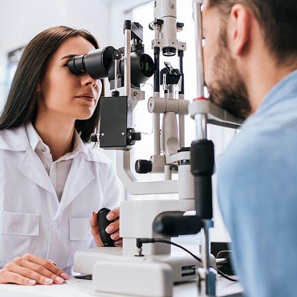 Ottico esegue test della vista a uomo