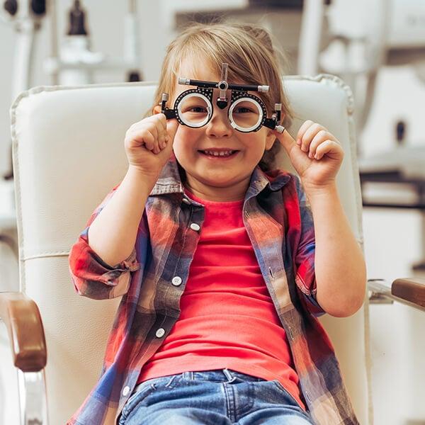 Niño en una revisión de la vista