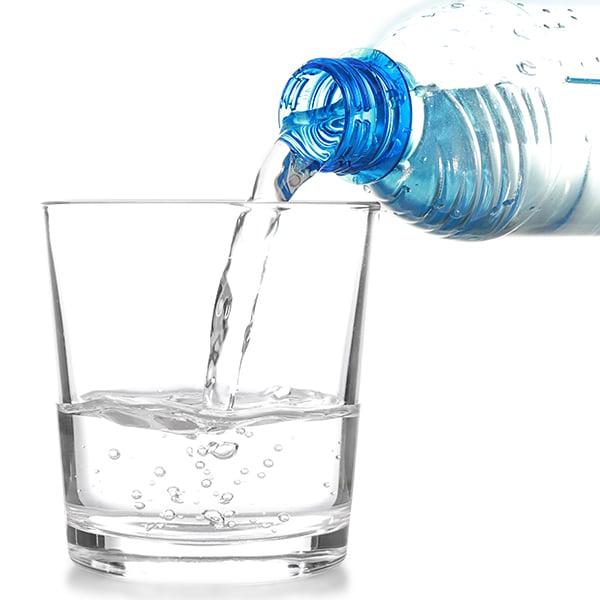Guardar lentillas agua embotellada mineral destilada
