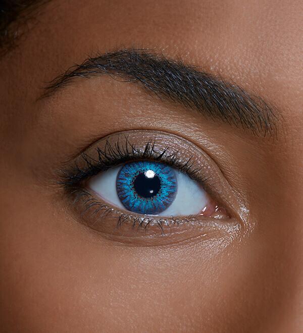 Ojo de una mujer llevando una lentilla de color sin graduación