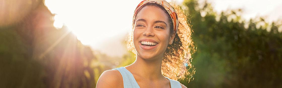 Lachende vrouw buiten in de zon