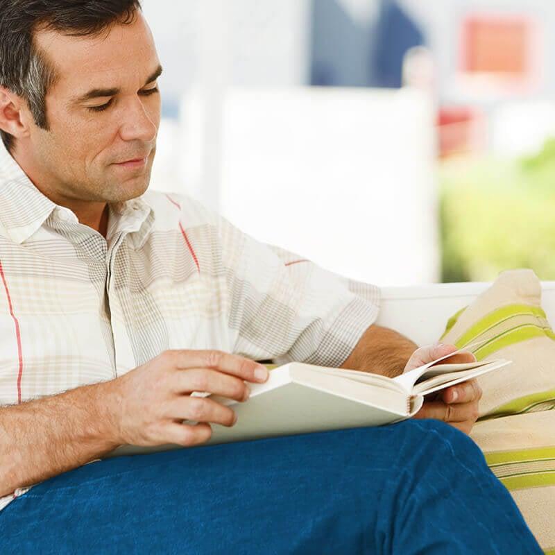 Hombre con presbicia leyendo un libro
